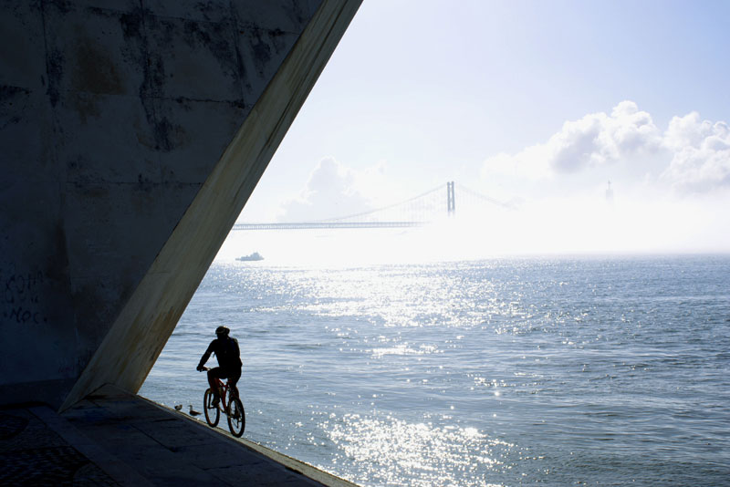 Lisbona, ciclista sul Lungofiume occidentale