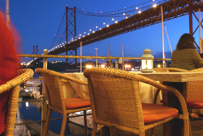 Lisbona, ristorante sotto il ponte XXV aprile
