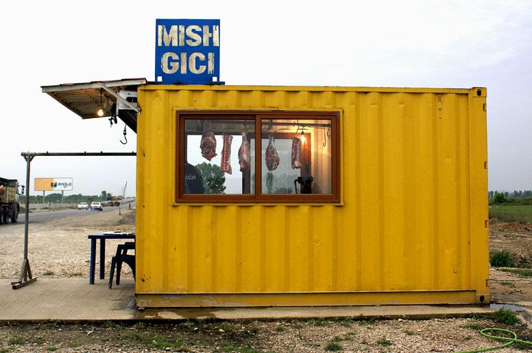 Carne in vendita sulla strada Tirana-Scutari in Albania