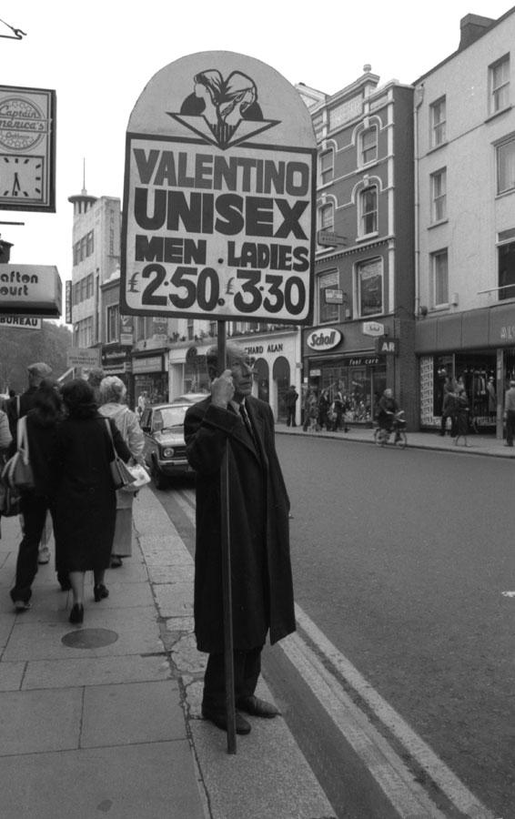 """Mostra """"Il Nodo di Gordio"""", Valentino unisex, fotografia in catalogo"""