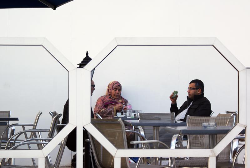Tunisi, donna al bar