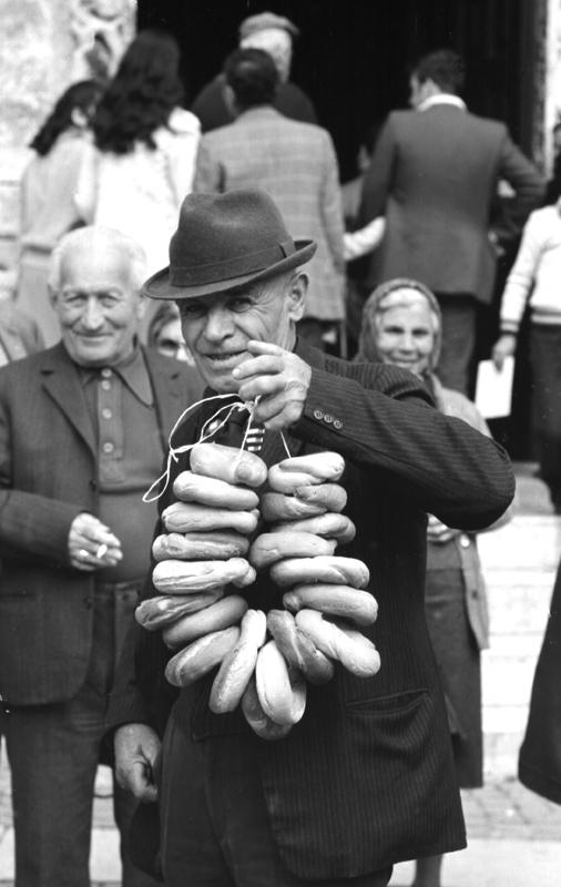 Pellegrino con ciambelle di pane benedetto '79