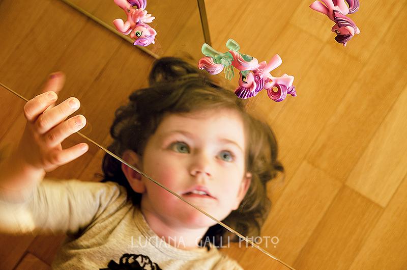 bambina sotto un tavolino